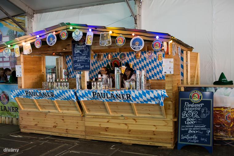 Ami a folyadékpótlást illeti, miközben a müncheni Oktoberfesten egy literes sör átlagosan 3400 forintnak megfelelő összegbe került, addig Budapesten 1600 forintért hajthatsz fel egy ugyanekkora korsós Paulanert