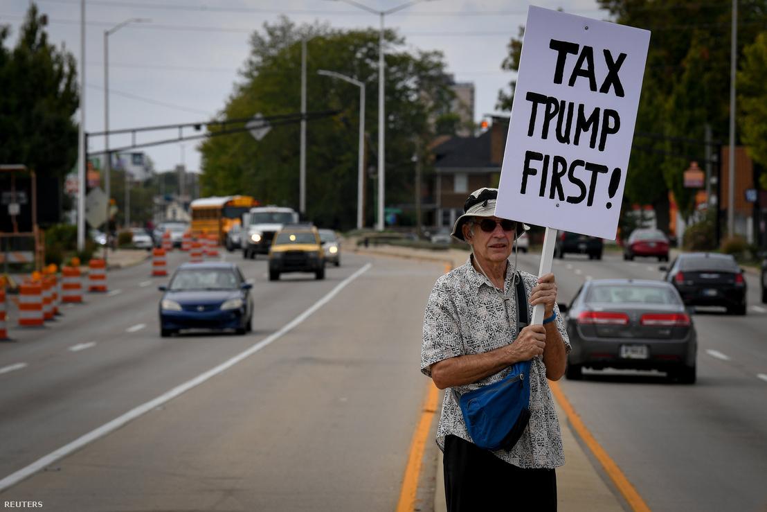 Amíg Donald Trump Indianapolisban tartott beszédet az adótervezetről 2017. szeptember 27-én, néhányan transzparensekkel vonultak fel a város utcáin