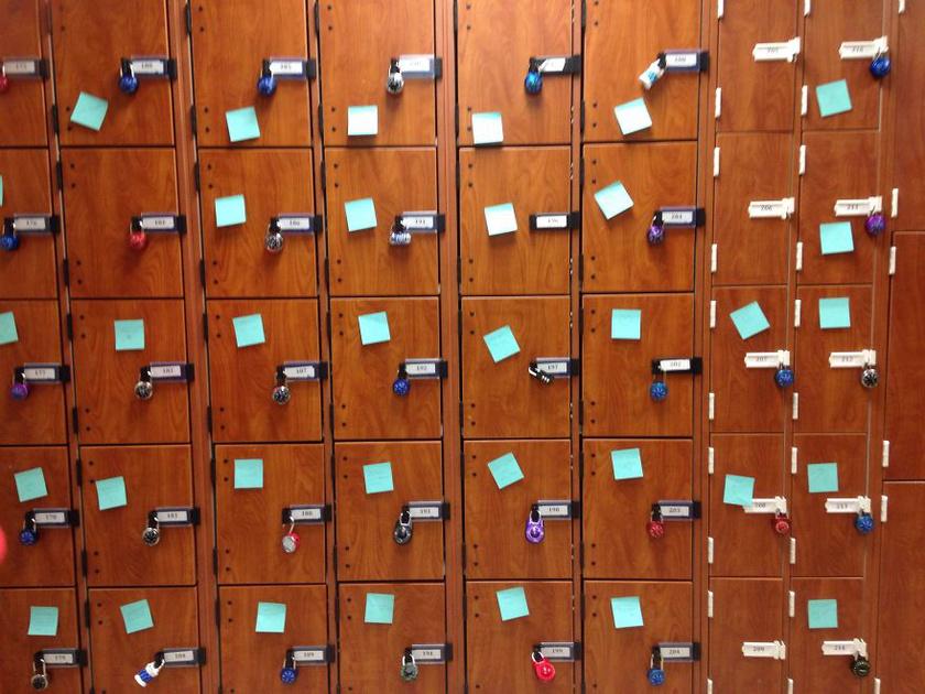 Minden diák talált egy személyre szóló, rövid üzenetet a szekrényén. A klub a lapokon álló feliratokkal szeretné elviselhetőbbé tenni a nehezebb napokat is.