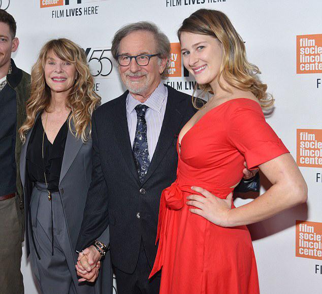Destry Allyn Spielberg szülei, Steven Spielberg és Kate Capshaw oldalán a Spielberg című dokumentumfilm bemutatóján.