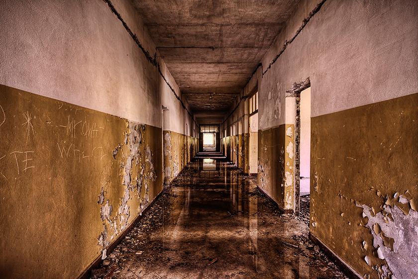 Az épületek nem teljesen üresek. Valahol a romok közt élnek nagyjából öten, akik a kiürült szovjet várost választották otthonukként.