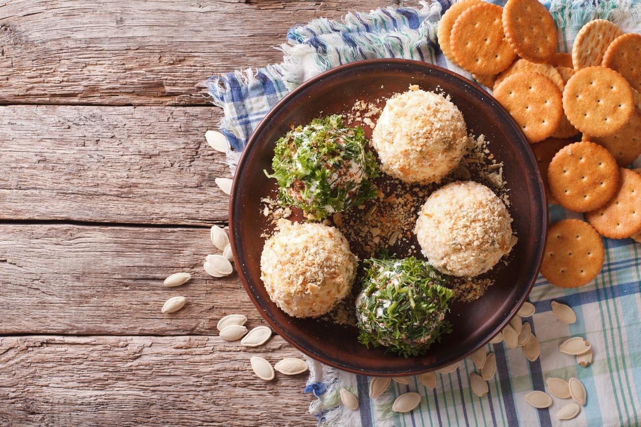 Fűszeres sajtgolyók háromféle sajtból: isteni vendégváró 15 perc alatt