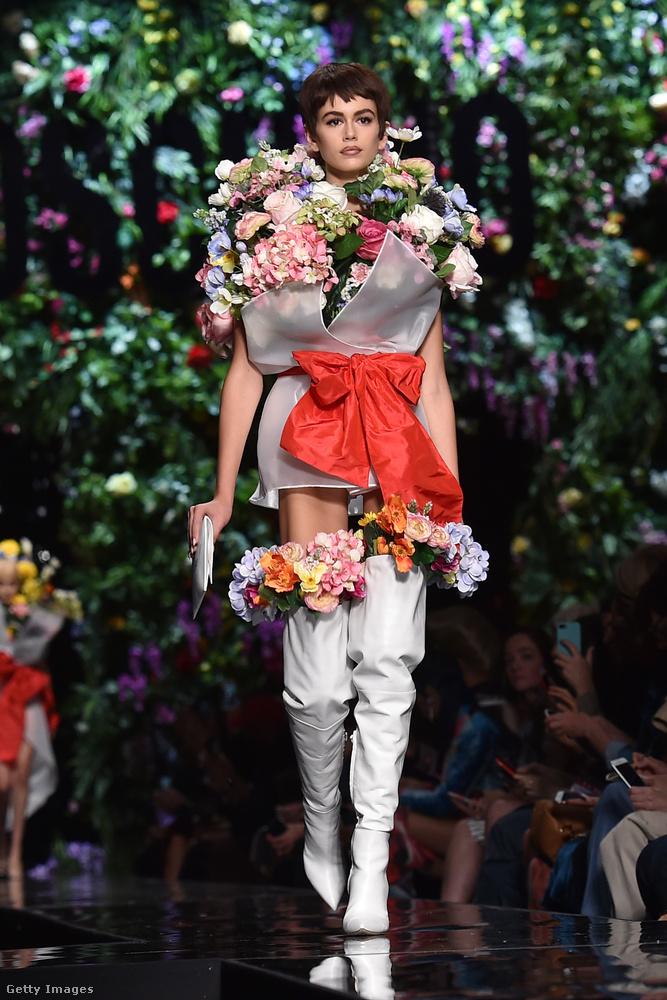 Virágcsokorként fehér lakkcsizmában a Moschino kifutóján.