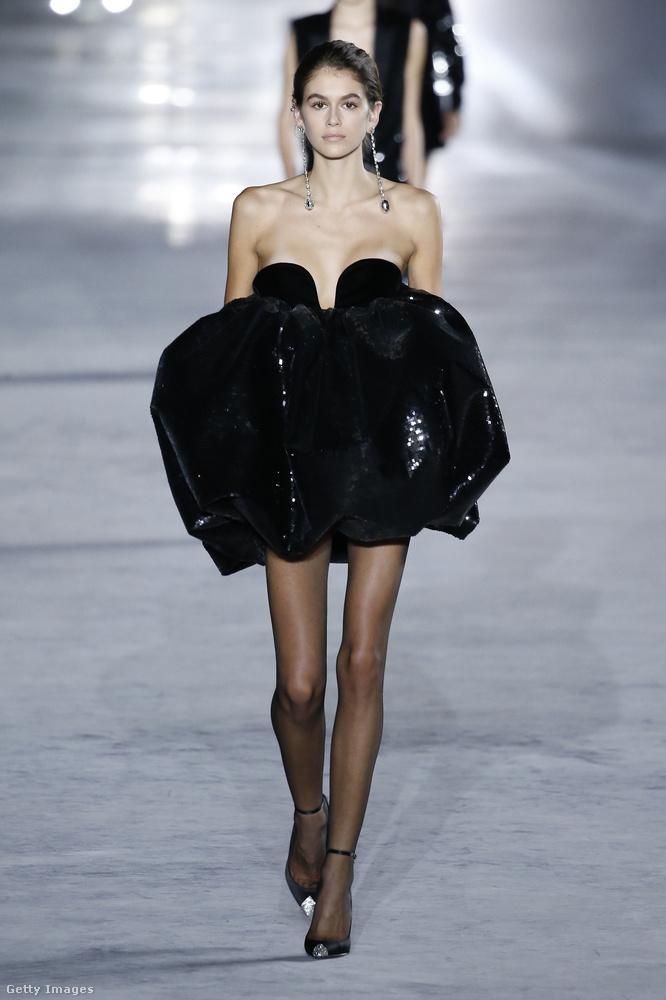 Még egy kis fekete ruha a Saint Laurent showról.