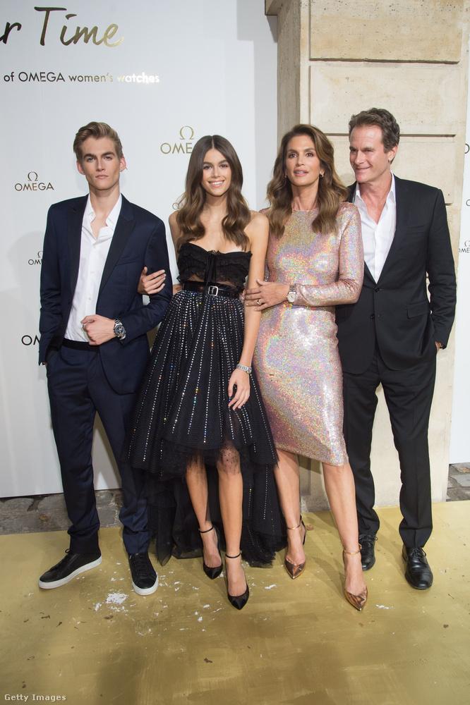Szerencsés génekkel megáldott család az biztos: a szintén modellkedő báty, Presley Gerber, a család új szupermodellje, Kaia Gerber, minden idők egyik legnépszerűbb szupermodellje, Cindy Crawford és a büszke férj-apa, Rande Gerber vállalkozó.
