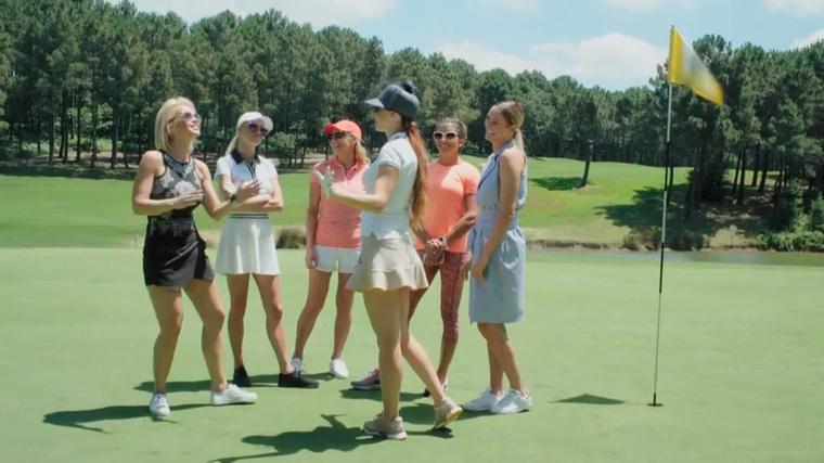 """Nagy nehezen átlendülnek azon a krízisen, hogy Vivien viccesnek találja, hogy a golfautóval feszt belekoccan a Babettet és Bogit szállító járműbe (""""tök jó helyre elhoz a Bogi, és megint előadjátok a parasztot"""" - Babett), és golfbajnokságot rendeznek"""