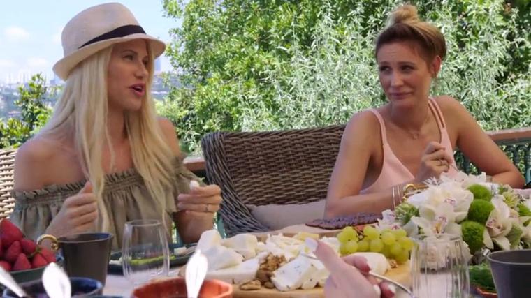 ugyanis nem akar teljesen Magyarországra költözni, csak színésznői karrierépítés végett ingázna a két város között