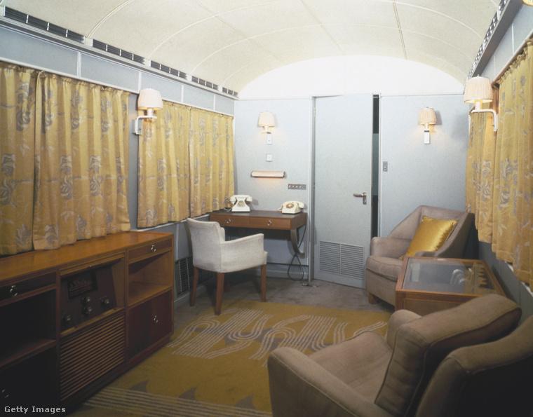 A negyvenes évekre azért némi stílusváláson ment keresztül a vonat, ebben a szobában intézhette a királynő a halaszthatatlan hivatalos ügyeket