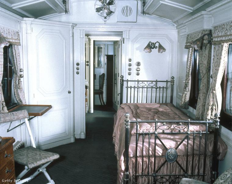 De hogy ne csak a távoli múltról legyen szó, ebben a szobában a kis Erzsébet királynő aludt és játszott borzasztó ijesztő babáival.
