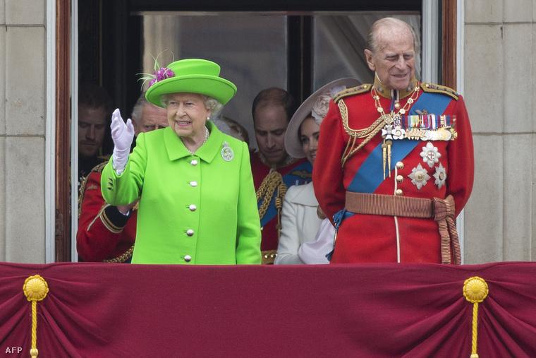 Ám természetesen a ma már 91 éves királynő ritkábban utazik és ideje nagy részét a Buckingham-palotában vagy vidéki kastélyaiban tölti a férjével Fülöp herceggel, aki most, 96 évesen döntött úgy, hogy nyugdíjba vonul.Ezzel búcsúzunk,viszlát!