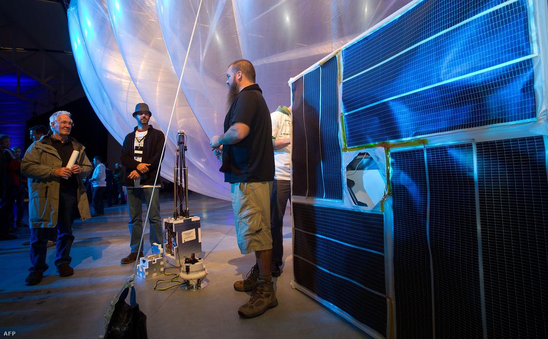 Ilyen napelemes mobiladatot szóró eszközöket vinnének föl a Project Loon léggömbjei nagy magasságokba
