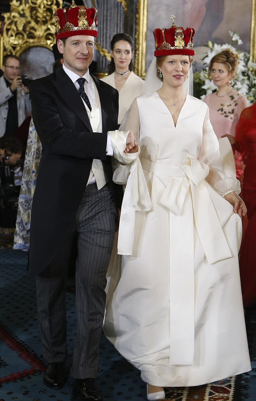 Danica Marinkovic egy tradicionális menyasszonyi ruhában vonult oltár elé - az egyszerű fehér ruhát csupán egy hatalmas masnival bolondították meg.