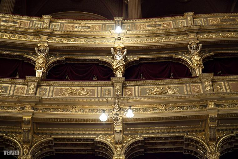 És az ne maradjon ki ebből az összeállításból, hogy az Operaház bejárását a Szcenográfusok, Színháztechnikusok és Színházépítészek Nemzetközi Szervezetének háromnapos konferenciája alkalmából tartották a múlt héten.
