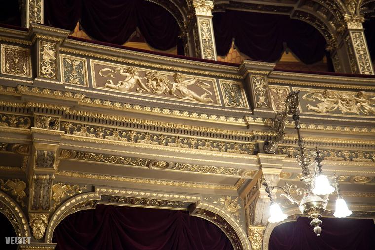És ha kíváncsi még pár, bennfenteseknek fenntartott helyiségre, klikkeljen vissza ehhez a cikkünkhöz, mert Apáti Bence balett-táncost is az Operában, a színfalak mögött fotóztuk!