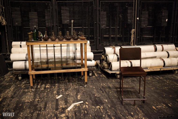 A bejárás alatt éppen egy próba folyt a színpadon, de már csak egy átmeneti kényszermegoldásként, hiszen a felújítás miatt nem lehet már itt próbálni 2018 végéig.