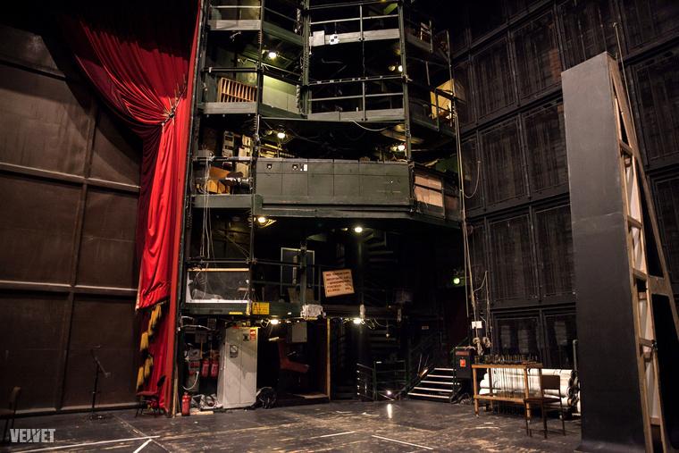 Aki még csak nézőként volt az Operaházban, az általában meglepődik, hogy milyen hatalmas tér a színpad.