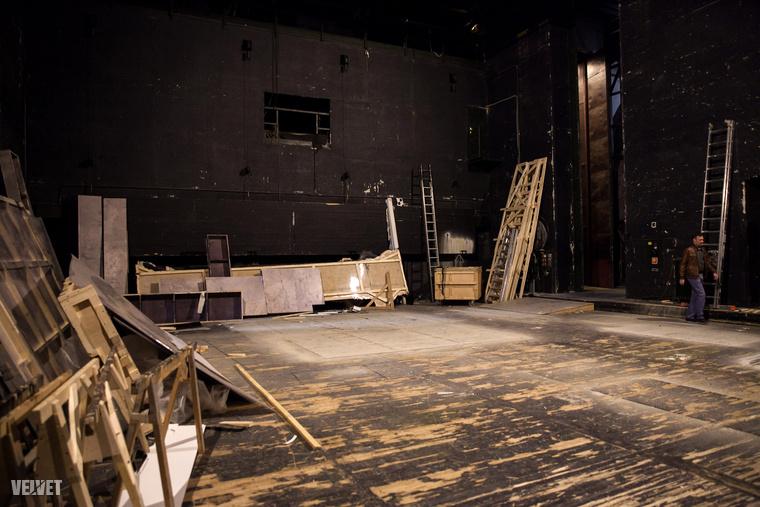 Ez a kép azt mutatja, hogy mi van közvetlenül a színpad mögött.