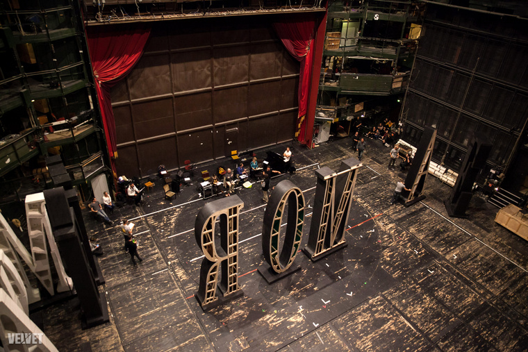 Itt pedig a színpad látható, fentről a nézőtér felé fotózva.