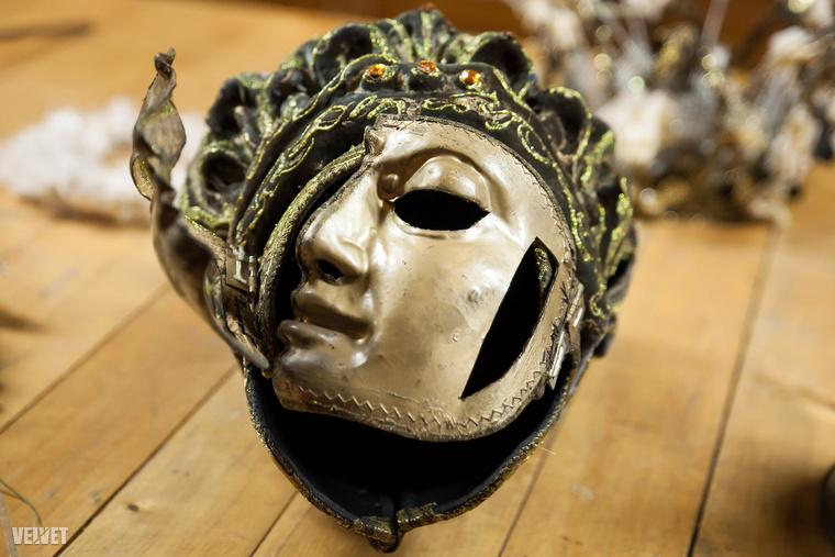 És közelről is ilyen szép egy maszk, amit a nézők a zsöllyéből csak jó messziről láthatnak
