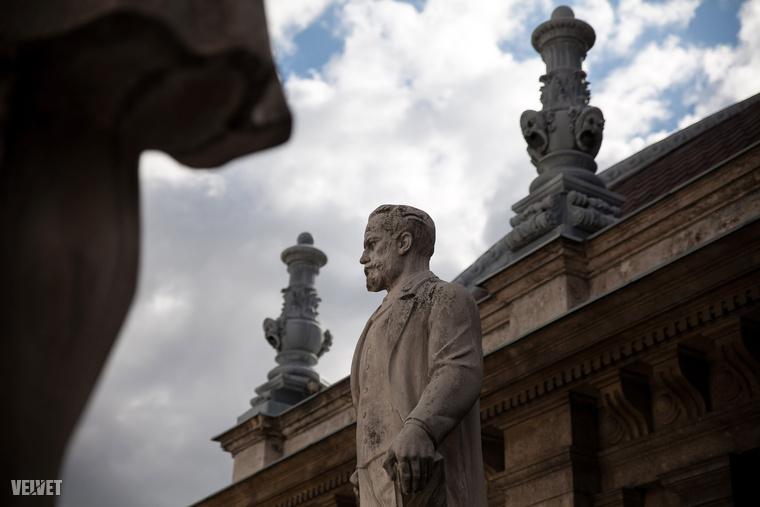 Az Operaházat gyönyörű szobrok díszítik