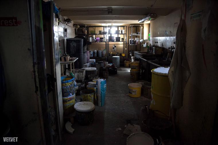 Ebben a raktárban tárolják a díszletek festéséhez szükséges anyagokat