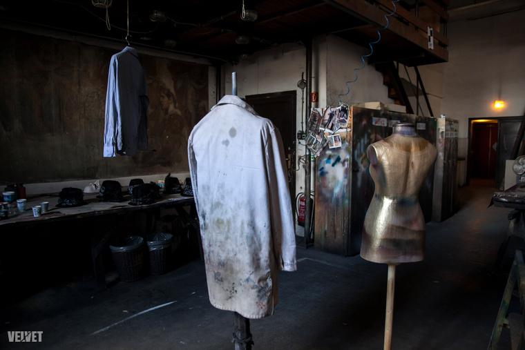 Ez pedig a szórófestékező: a díszleteket itt festik be, de nem csak a díszleteket, hanem ruhákat is színezik itt.