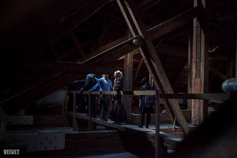 A tető után a túra a tetőtérben folytatódott.