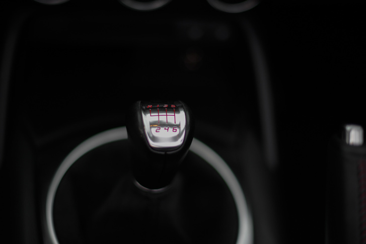 A hatgangos váltó nagyon japán, vagy egy Lexusból van, vagy az előző MX 5-ösből
