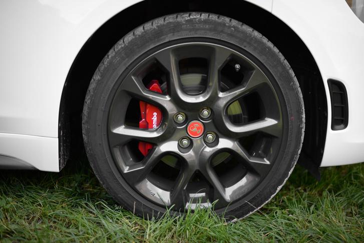 A piros féknyereg csak dekor, jó lenne az autóra valami harapósabb fék