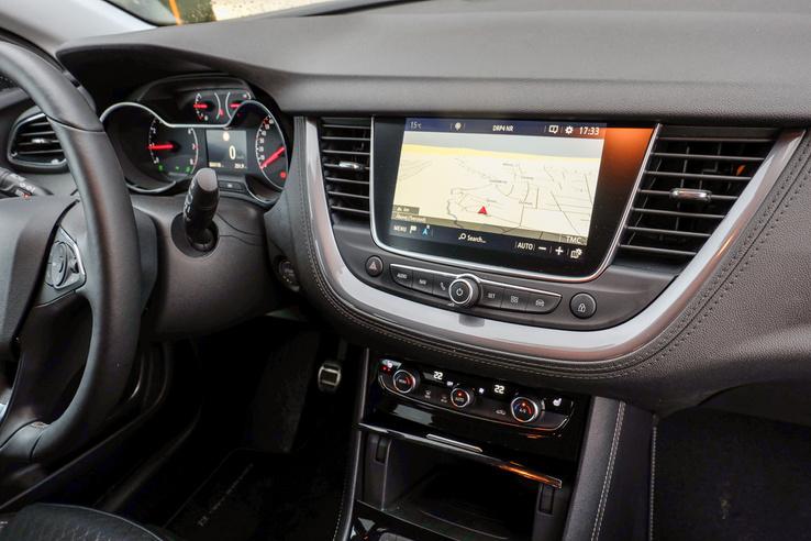 Itt a központi kijelző arra való, mint általában az autókban. Van Opel IntelliLink is