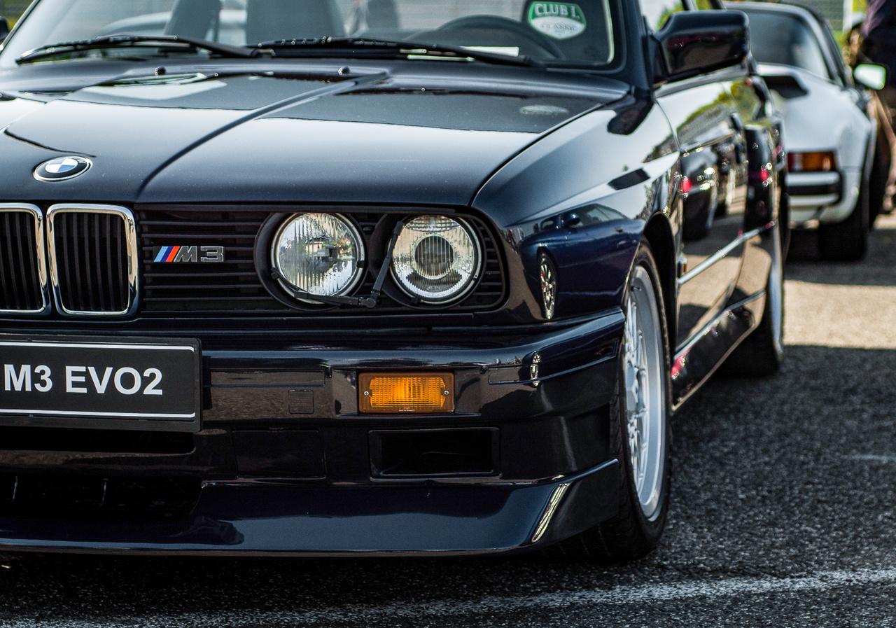 Az E30 M3 bár homologizációs céleszközként kezdte pályafutását, mára az egyik legvágyottabb BMW lett belőle. Az árak már most az eget verdesik, pedig az oldtimer kort is alig érte el a típus. Azon meg se lepődtem, hogy ide egy baromi ritka Evo II-t gurítottak ki, gyönyörű Macau Blau színben.