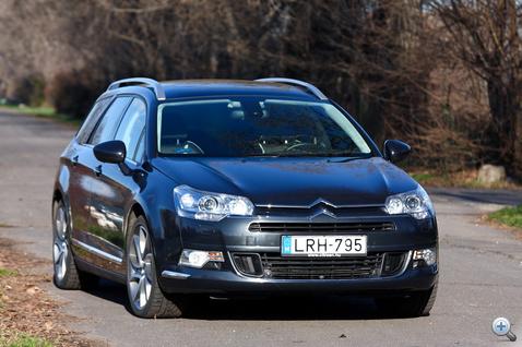 A régi szép időkben V6-os benzines volt a csúcsmodell a franciáknál, mostanra ez nyomtalanul eltűnt. Benzinesből lassan csak egy marad a C5 választékában