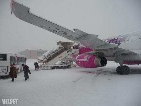 Ez a járat tegnap délután érkezett volna Budapestre, de a hó miatt végül nem tudott felszállni. Csak ma reggel 8-kor landolt Ferihegyen