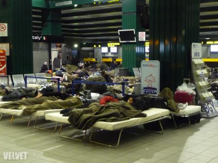 Ma hajnalban így ébredeztek a Bergamo repterén rekedt utasok