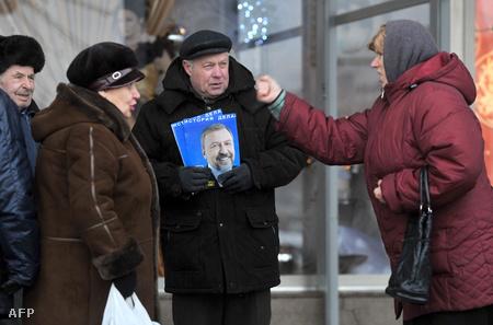 Minszki emberek politizálnak az utcán