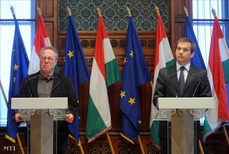 Kenedi János történész és Bajnai Gordon miniszterelnök sajtótájékoztatót tart az állambiztonsági adatok sorsáról a Parlament Munkácsy-termében