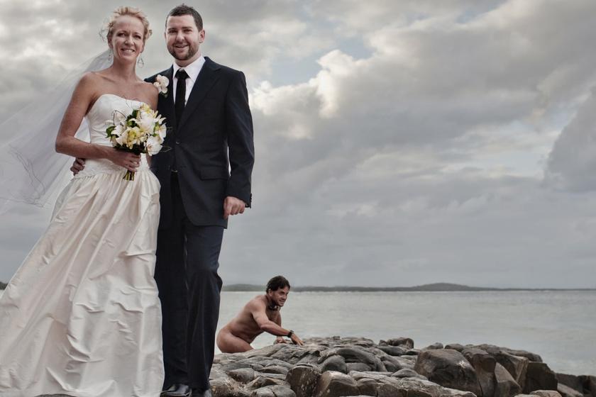 A híres képet Jonas Peterson fotográfus 2008 decemberében Ausztráliában, Queenslandben lőtte. Elmondása szerint a férfi meztelen volt, körbenézett, majd lassan visszaereszkedett az óceánba.
