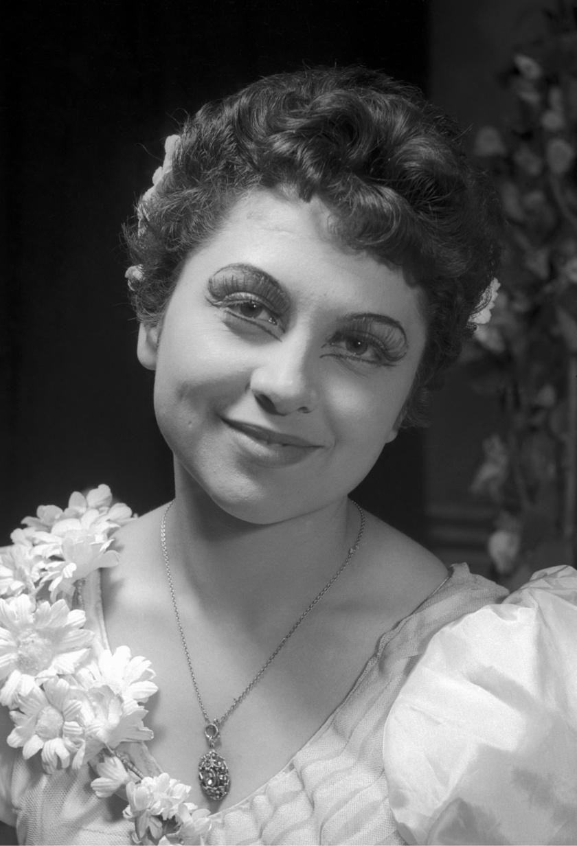 Domján Edit színészi karrierje mindössze 18 évig tartott. 1954-ben szerezte meg diplomáját a Színház- és Filmművészeti Főiskolán, ez a fotó egy évvel később készült róla a Szegedi Nemzeti Színházban.