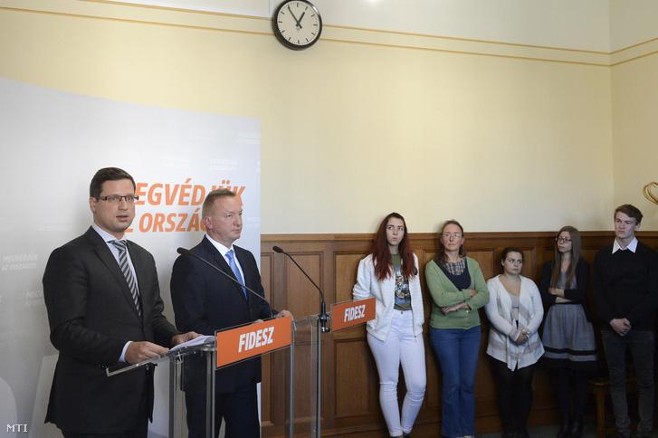 Gulyás Gergely a Fidesz frakcióvezetõje (b) és Fiák István a Magyarországi Diákvállalkozások Országos Érdekképviseleti Szövetsége (DiákÉSZ) elnöke a Czeglédy Csaba-ügyben kárt szenvedett diákok küldöttségének vezetõje sajtótájékoztatót tart az Országházban 2017. október 9-én.