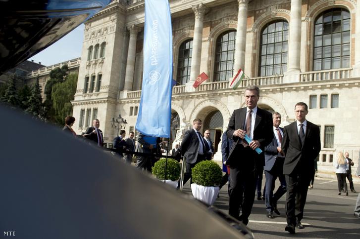 Günther Oettinger az Európai Bizottság digitális gazdaságért és társadalomért felelõs tagja (b) Varga Mihály nemzetgazdasági miniszter (j) és Lepsényi István a Nemzetgazdasági Minisztérium gazdaságfejlesztésért és szabályozásért felelõs államtitkára (b2) A jövõ autói címû konferencia kiállításán