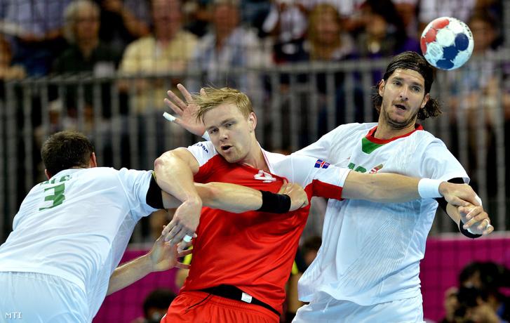 Ilyés Ferenc (b) és Nagy László (j) támadja az izlandi Aron Palmarssont a 2012-es londoni nyári olimpia férfi kézilabda-bajnokságának negyeddöntõjében vívott Magyarország - Izland találkozón a Copper Box kézilabdacsarnokban 2012. augusztus 8-án.