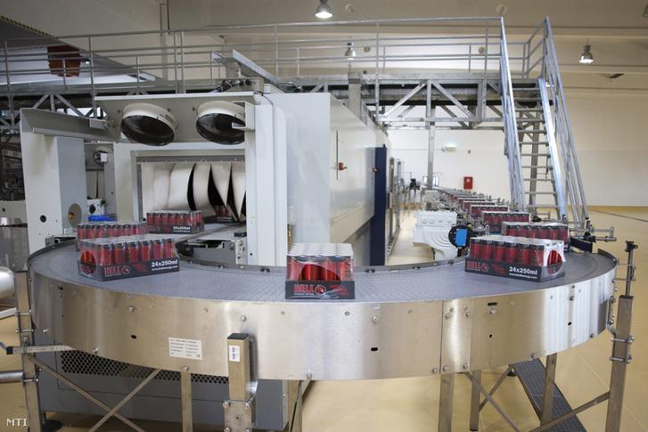 Hell energiaitalok haladnak a gyártósoron a Hell Energy Magyarország Kft. szikszói üzemében.