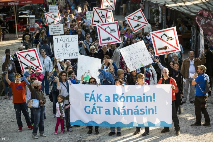 A Megvédjük a Rómait! címmel a tervezett árvízvédelmi fejlesztések ellen rendezett civil demonstráció résztvevõi a fõvárosi Római-parton 207. október 1-jén.