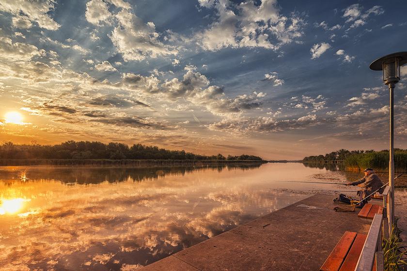 A Duna-holtág mellé kiülve, Fadd-Dombori naplementéjéhez kevés dolog szépsége fogható.