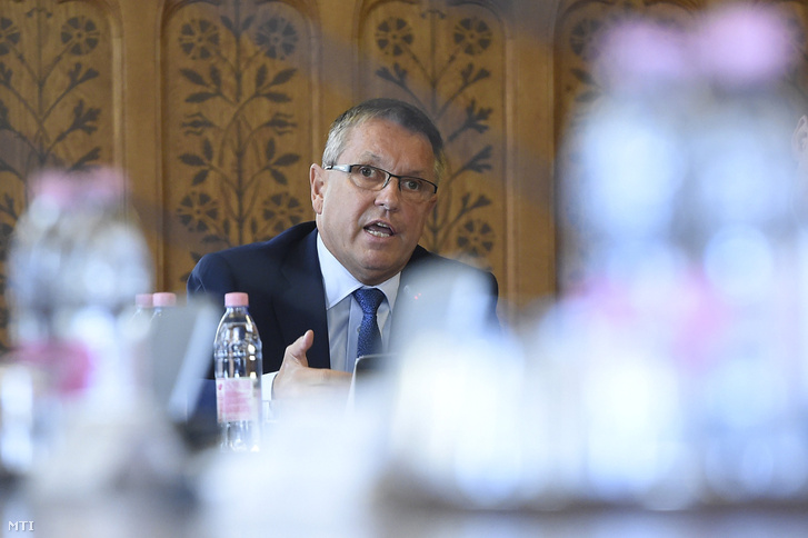 Matolcsy György, a Magyar Nemzeti Bank (MNB) elnöke ismerteti az MNB 2016. évről szóló üzleti jelentését az Országgyűlés gazdasági bizottsága ülésén a Parlamentben 2017. október 10-én.
