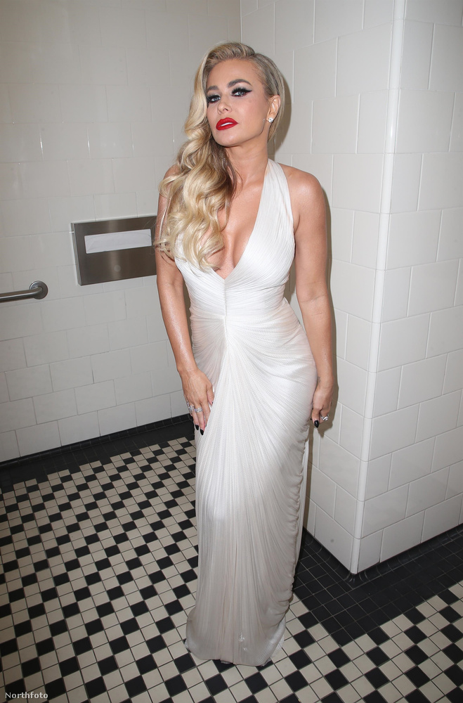 És attól, hogy Carmen Electra ebben az estélyiben pont a vécét választotta csáboskodásra, kezdjük tényleg egy Lynch-műben érezni magunkat.