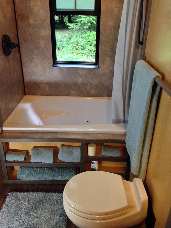 Így fér el a jakuzzis kád, és ez a fürdőszobának még csak az egyik fele!