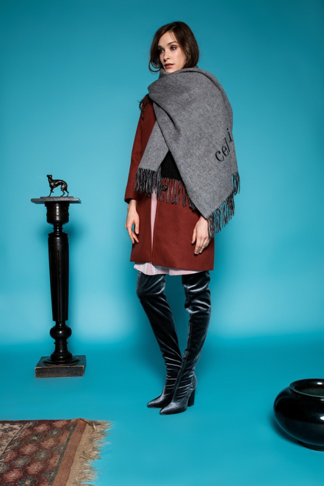 A Celeni szerint is divatos lesz a márka logójával ellátott takaróra emlékeztető sál és a bársony combcsizma.