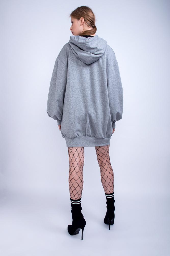 Necc harisnyával és zoknival hordjuk a túlméretezett kapucnis pulcsit Tóth Tamara szerint.