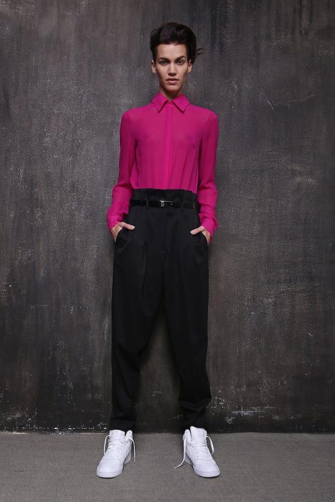 A 80-as évek stílusa és underground világa is visszaköszön a ruhákon.